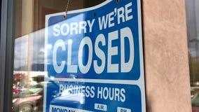 Rörelse av den stängda skylten