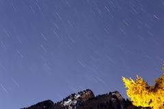 Rörelse av den stjärnklara himlen och berget Royaltyfria Foton