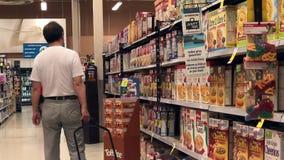 Rörelse av för sädesslaginsida för folk den köpande räddningen på Foodslager arkivfilmer