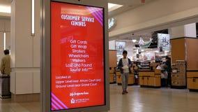 Rörelse av folk gör betalning på kontrollräknaren inom T&T-supermarket arkivfilmer