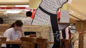 Rörelse av folk som äter foods inom japansk restaurang arkivfilmer