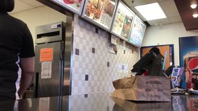 Rörelse av folk som beställer höna inom KFC restaurangen lager videofilmer