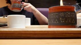 Rörelse av folk som dricker varmt te inom japansk restaurang stock video