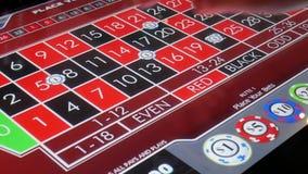 Rörelse av folk som slå vad kasinorouletten på maskinen inom kasino stock video