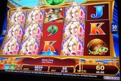 Rörelse av folk som spelar enarmade banditen inom kasino Arkivfoton