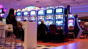 Rörelse av folk som spelar enarmade banditen och har gyckel inom kasino lager videofilmer