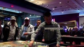 Rörelse av folk som spelar kasinorouletten arkivfilmer