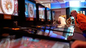 Rörelse av folk som spelar kasinorouletten på maskinen inom kasino arkivfilmer