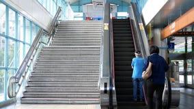 Rörelse av folk som tar rulltrappan för att ta skytrain på plattformen i Taipei Taiwan lager videofilmer