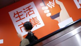 Rörelse av folk som tar rulltrappan för att ta skytrain på plattformen i Taipei Taiwan stock video