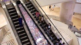 Rörelse av folk som tar rulltrappan i den av den största shoppinggallerian i Taiwan arkivfilmer
