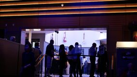 Rörelse av folk ställer upp för skrivande in buffé inom kasino lager videofilmer