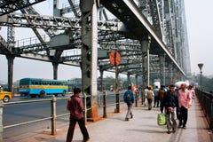 Rörelse av gångarekorsningen på den fullsatta bron Royaltyfri Fotografi