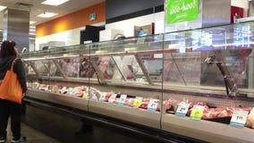 Rörelse av köpande kött för folk på avsnittet för nytt kött stock video