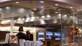 Rörelse av kocken som förbereder den stekte varma maten för kund inom restaurang lager videofilmer