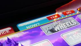 Rörelse av kvinnan som mot efterkrav trycker på knappen på enarmade banditen inom kasino stock video