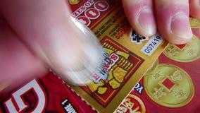Rörelse av kvinnan som skrapar lottsedeln på bonusavsnittet stock video