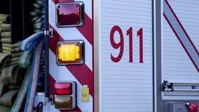Rörelse av lastbilen för brand för Burnaby brand den nöd- med att stoppa för 911 tecken arkivfilmer