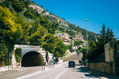 Rörelse av medel på motorvägen, motorway nära i förort av Monaco arkivbilder