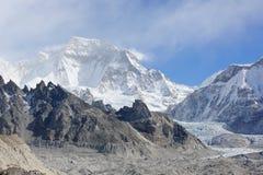 Rörelse av molnen på den bergGyazumba glaciären, Himala Arkivbilder