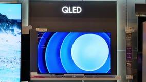Rörelse av ny Qled Samsung för skärm tv på försäljning arkivfilmer