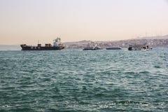 Rörelse av olika skepp på Bosphorus Juli 2017, Istanbul Turkiet Arkivfoto