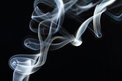 Rörelse av rök på en svart bakgrund Arkivfoton