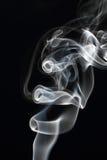 Rörelse av rök på en svart bakgrund Arkivbilder