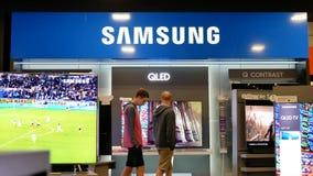 Rörelse av shopparen som ser ny TV för att köpa stock video