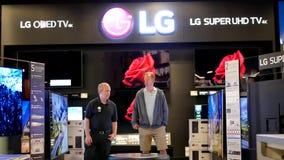 Rörelse av shopparen som ser ny TV för att köpa det inre Best Buy lagret lager videofilmer