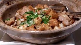 Rörelse av stekt kyckling med champinjonen på tabellen inom kinesisk restaurang stock video