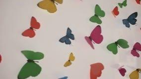 Rörelse av utdragna fjärilar på en vit yttersida arkivfilmer