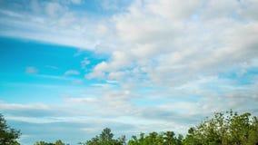 Rörelse av vita moln på den blåa himlen stock video