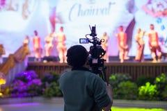 Rörelse för lås för videokamera för kameramaninnehav i gifta sig ceremoni för intervju eller för TV-sändning, låskänsla, royaltyfria bilder