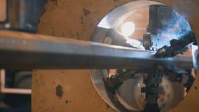 Rörelse för svetsningrobotar i en final av svetsningen för stock video