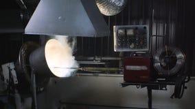 Rörelse för svetsningrobotar i en svetsning för trommelskärmen Samkopieringssvetsningmotstånd på grundyttersidan stock video