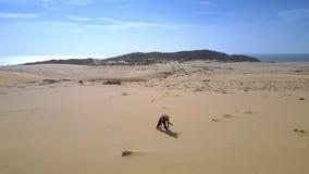 Rörelse från havet till kulleflickan på sand i kondition poserar stock video
