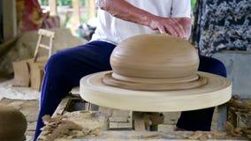Rörelse från krukmakerimaskinbältet som styr att mala lerakrukan lager videofilmer
