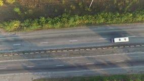 Rörelse i luften längs huvudvägen med bilar lager videofilmer