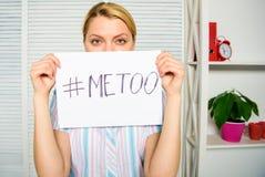 Rörelse mot sextrakasseri Hashtag för affisch för håll för framsida för social protestkvinna ledsen mig för Offer av sexuellt öve royaltyfria foton