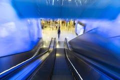 Rörelse ner av rulltrappan i varuhus Royaltyfri Fotografi