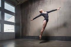 Rörelse som hoppar begrepp Kvinnadanssamtida royaltyfria foton