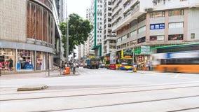 rörelse som 4K panorerar Time-schackningsperiod av fullsatt folk- och biltrafiktransport över genomskärning i Hong Kong lager videofilmer
