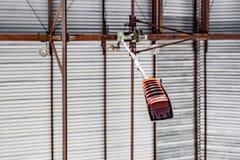 Rörelsefjärrkontroll för kran i fabriken Arkivbilder