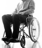 Rörelsehindrad åldring i en rullstol i rummet Royaltyfri Foto