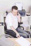 Rörelsehindrad barnman på kontoret Arkivfoton