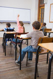 Rörelsehindrad elevhandstil på skrivbordet i klassrum royaltyfria bilder