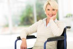 Rörelsehindrad hög kvinna Arkivfoton