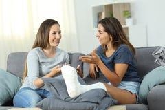 Rörelsehindrad kvinna som hemma talar med en vän fotografering för bildbyråer