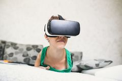 Rörelsehindrad kvinna som tycker om i virtuell verklighet arkivbilder
